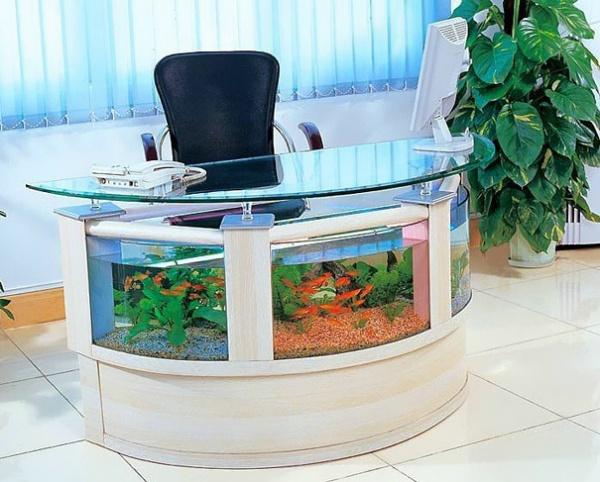 Aquarium im Arbeitstisch