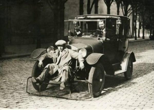 Auto mit einer Schaufel fuer Fussgaenger