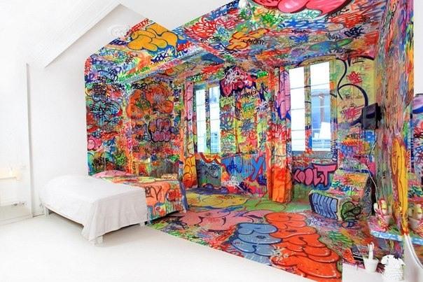 Die Haelfte der Zimmer ist mit Graffiti verziert