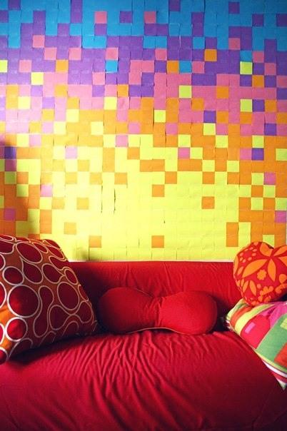 Die Wand mit klebrigen Blaettern dekoriert