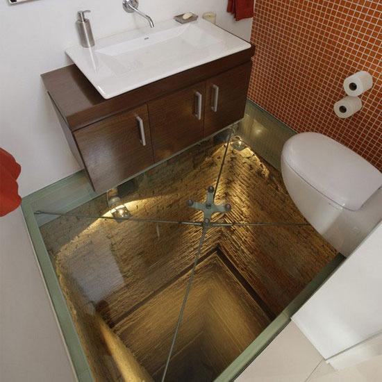 Glasboden im Badezimmer ueber dem Aufzugschacht