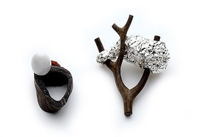 Die Ringe aus einem Zweig mit Rindenstueck