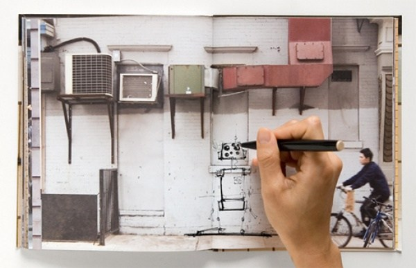 Ein Notizbuch, um Zeichnungen an den Waenden zu machen