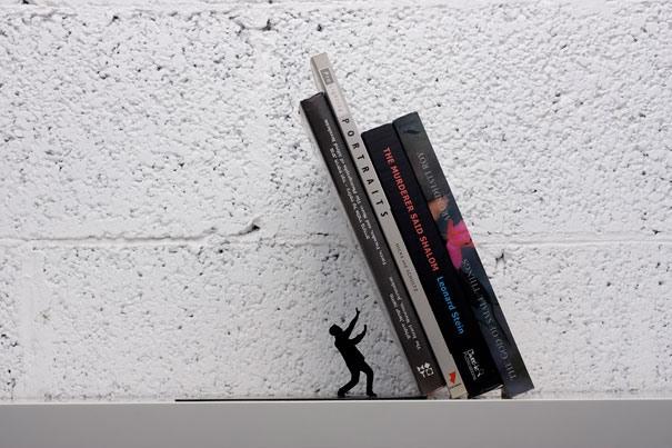 Fallende Buchstuetze