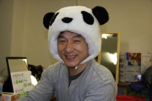 Jackie Chan in einem Panda Cap