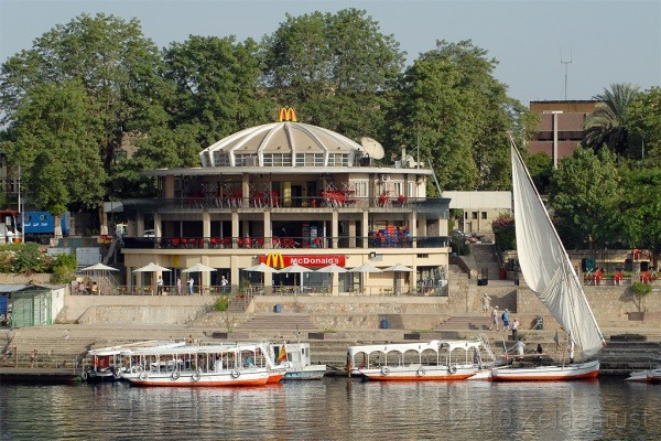 McDonalds auf Wasser in Assuan