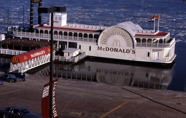 McDonalds in Form eines Schiffes auf dem Mississippi