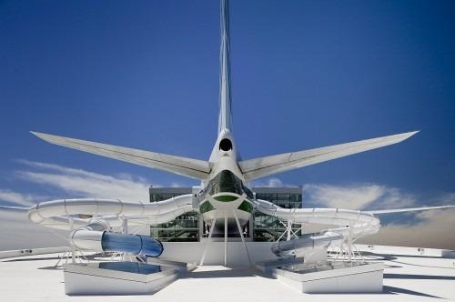 Waterpark unter dem Fluegel eines Flugzeugs 1