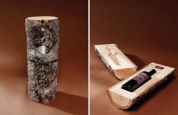 Weinflasche in ein Holzstueck eingefuegt 1