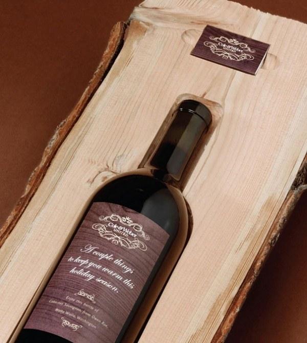 Weinflasche in ein Holzstueck eingefuegt