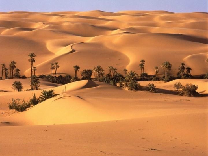 Libysche Wüste neben der Stadt El Aziziyah
