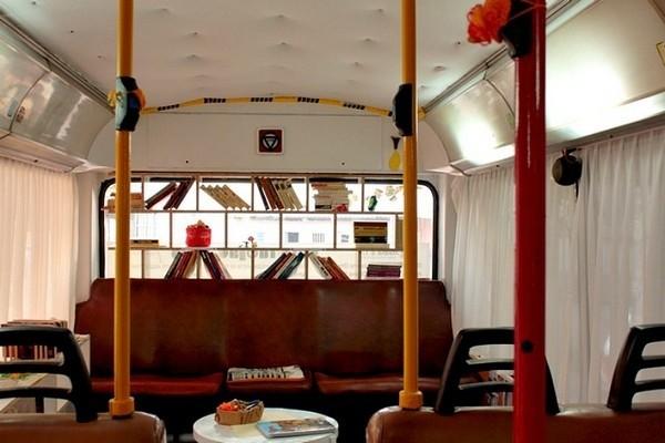 Bibliothek im Trolleybus 2