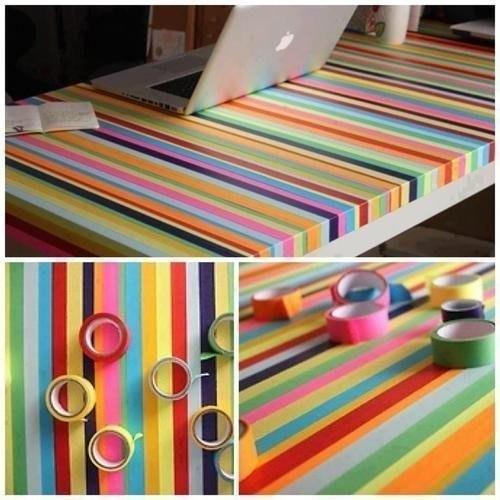 Schreibtisch mit buntem Klebeband verputzt