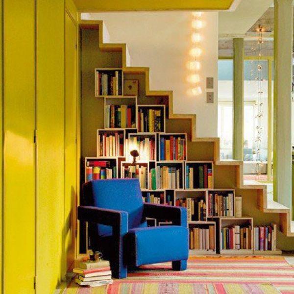 Bibliothek unter der Treppe