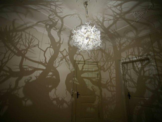 Die Lampe macht aus dem Raum einen Wald