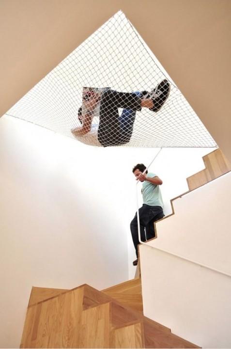 Haengematte ueber der Treppe 1