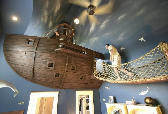 Piratenschiff im Schlafzimmer fuer einen Jungen
