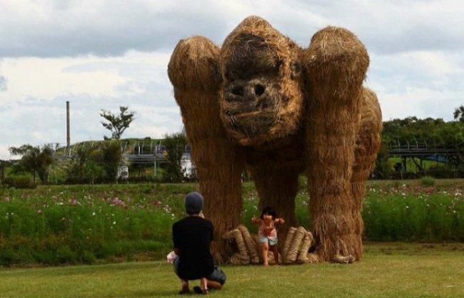 Moderne garten Skulpturen aus Heu und Stroh von Japan 09