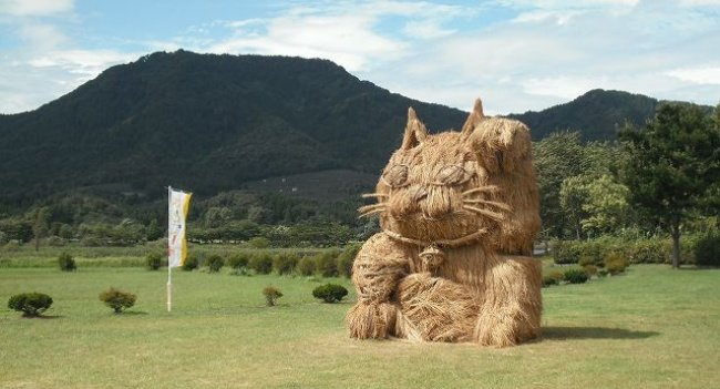 Moderne garten Skulpturen aus Heu und Stroh von Japan 10