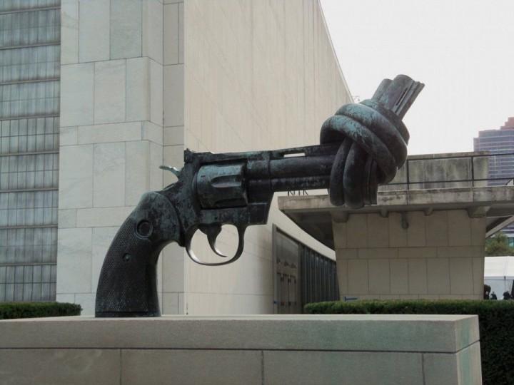 Die Pistole, die zu einem Knoten gebunden ist