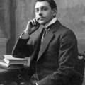 1920er Jahren im Alter von Mann mit der coolen Frisur in traditioneller diademartiger