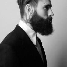 Frisur slicked zurück undercut für Männer mit Bärten