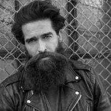 Frisuren für Männer mit Bärten und Haaren mittlerer Länge