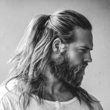 Frisuren für Männer mit langen lockigen Haaren