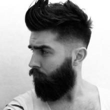 Herren-Haarschnitt mit ausrasierten Seiten