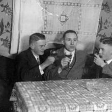 Herren mit 1930er-Jahre-old-school-Haarschnitte