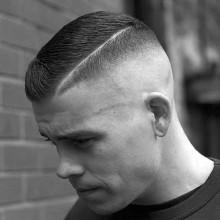 Jungs hoch und dicht, das Haar mit rasierten harten Teil Linie an den Seiten und eine hohe fade