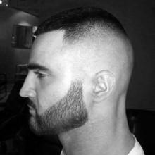 Jungs militärische Haarschnitte hoch und eng
