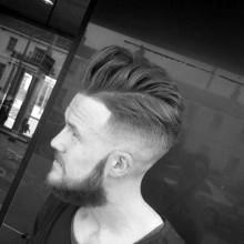 Jungs tolle Haut-fade-Haarschnitt mittlerer Länge