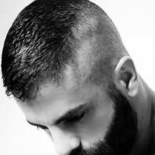 Kerl mit hohen und engen Frisur