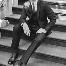 Kerl mit stilvollen Frisur und Anzug
