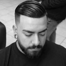 Männchen mit fade Haarschnitt Kamm über