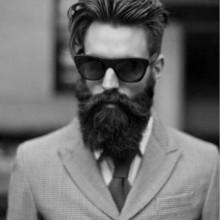 Männer mit langen Haaren und Bärten