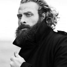 - Männer mit langen lockigen Haaren
