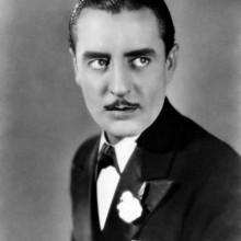 - Mann, mit 1920er-Jahre-Haarschnitt traditionellen