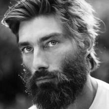 Mann mit BART und Haarschnitt