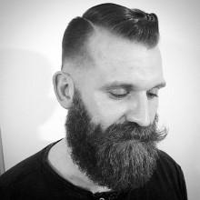 - Mann mit BART und Haut fade Kamm über haircut