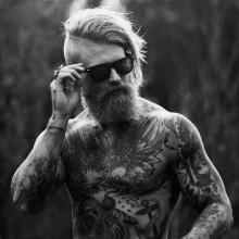 - Mann mit BART und langen undercut Haare