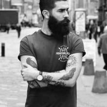 - Mann mit BART und modernen Haarschnitt