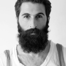 Mann mit BART und slicked zurück Haarschnitt
