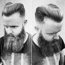 Mann mit Hufeisen-Haarschnitt BART-und Haut-fade-Seiten