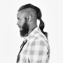 Mann mit Unterschnitt auf lange Haare