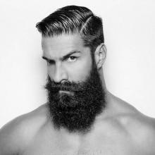 Mann mit dem harten Teil-Frisur und dicken BART