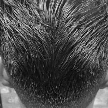 Mann mit ducktail Haarschnitt mittlerer Länge
