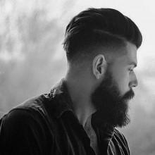 Mann mit einem low-fade-Haarschnitt -