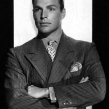 Mann mit klassischen 1930er-Jahre-Haarschnitt